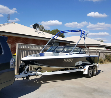 Moomba Outback LS, 2000 model, wakeboard / ski boat open bow