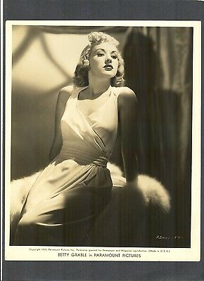 EXQUISITE SEXY PORTRAIT OF BETTY GRABLE - 1939 GLAMOR + FASHION - PINUP GIRL