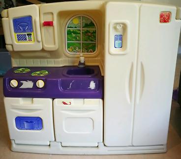 Step 2 toy kitchen / play kitchen