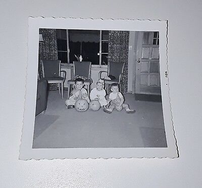 VINTAGE HALLOWEEN PHOTO 3 KIDS IN COSTUME WITH JACK O LANTERNS - Kids In Halloween