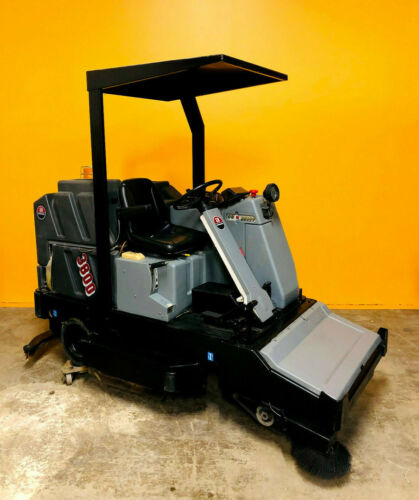 """Advance 3800 38"""" 53 Gal Solution Tank 53 Gal Recovery Tank Riding Floor Scrubber"""