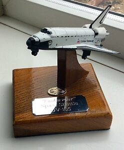 Detailed Diecast Endeavour Nasa Space Shuttle On A Solid Oak Base 1/300 Apollo
