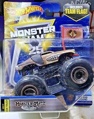 Hot Wheels Monster Jam MONSTER MUTT JUNKYARD DOG w TEAM FLAG 1/64