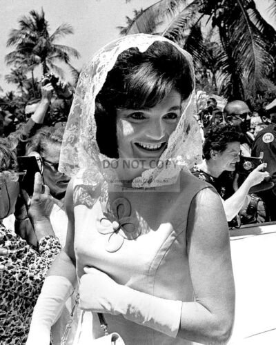 JACQUELINE KENNEDY LEAVING FAMILY HOME IN PALM BEACH 1963 - 8X10 PHOTO (DA-286)