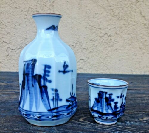 ANTIQUE JAPAN WHITE & COBALT BLUE HAND PAINTED PORCELAIN SAKE /SAKI BOTTLE & CUP