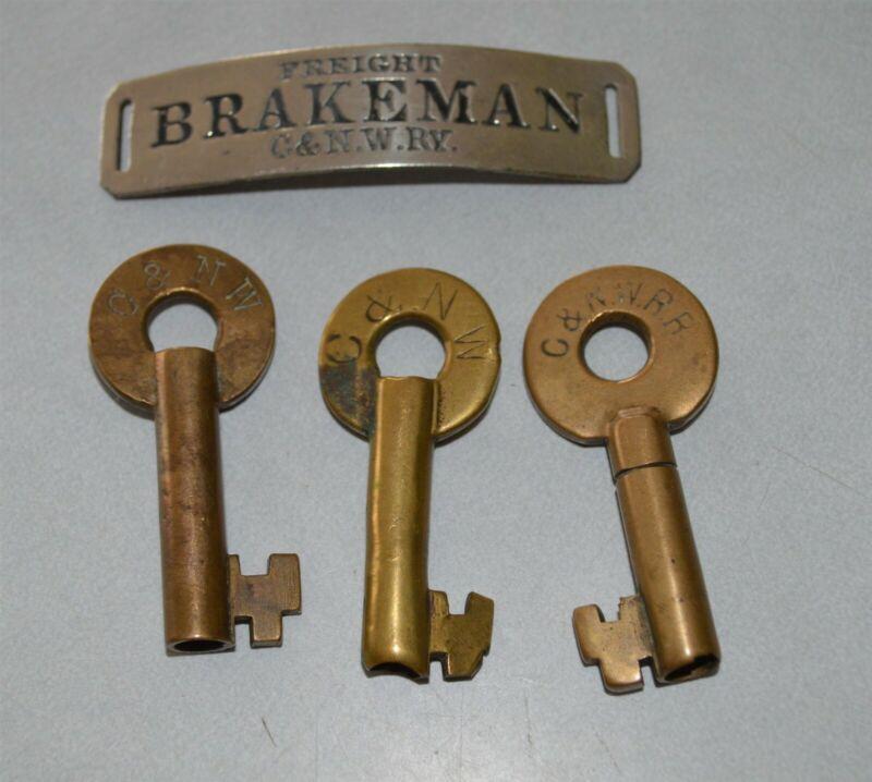 4 Early Chicago Northwestern Railroad hardware items hat badge