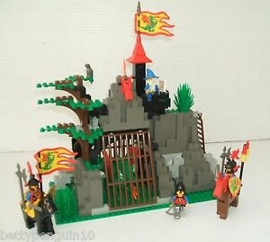 Lego 6076 Castle  Dark Dragons Den - Dragon Knights - 4 Minifigs - Set Complete