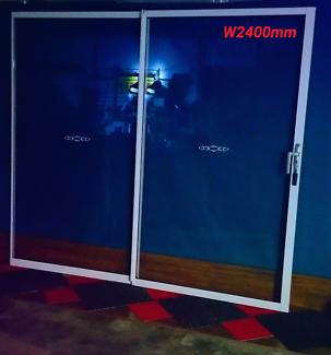 SLIDING GLASS DOOR SETS INCLUDING SURROUNDING FRAMEWORK