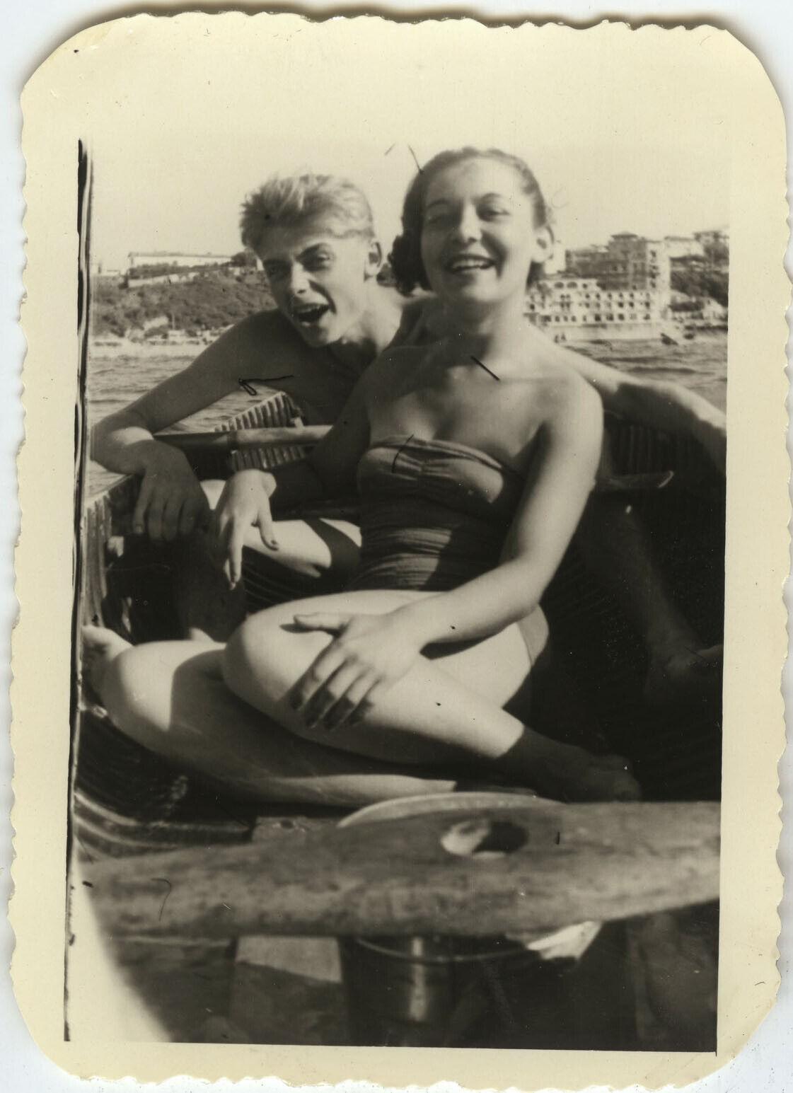 Photo ancienne - vintage snapshot - bateau barque ramer couple maillot de bain