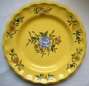 assiette fa ence fond jaune sign e mp pour montpellier d cor la rose bleue ebay. Black Bedroom Furniture Sets. Home Design Ideas