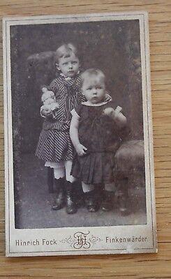 Altes Kabinett Foto kleine Kinder mit Porzellankopf - Puppe um 1900