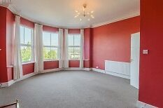 Spacious first floor 2 bedroom Victorian Apartment- 5 minutes from high street & marina