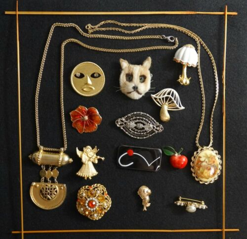 GROUP LOT - 14 PIECES OF COSTUME JEWELRY, SOME NAMED (WEISS, BEN AMUN, ETC.)