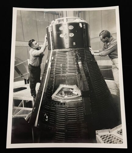 GEMINI CAPSULE IN CRYO BLDG. CANDID 1965 NASA SPECIAL INTEREST PHOTO *REVIEW AD*