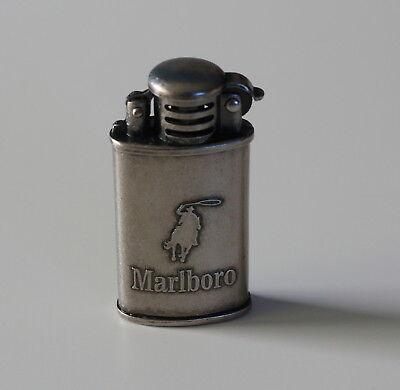 Neu + Marlboro Benzin Feuerzeug Sturmfeuerzeug mit Reiter Relief Original  ()