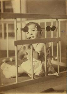 photo ancienne vintage snapshot enfant b b parc biberon jouet assis dr le ebay. Black Bedroom Furniture Sets. Home Design Ideas