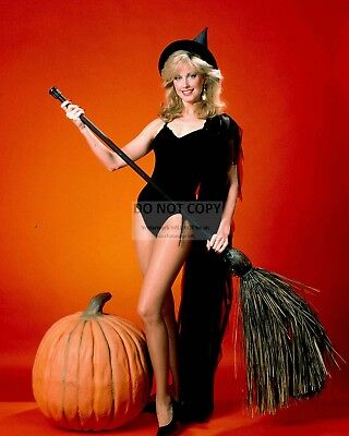 ACTRESS MORGAN FAIRCHILD - 8X10 HALLOWEEN THEMED PUBLICITY PHOTO (ZY-226) - Morgan Halloween