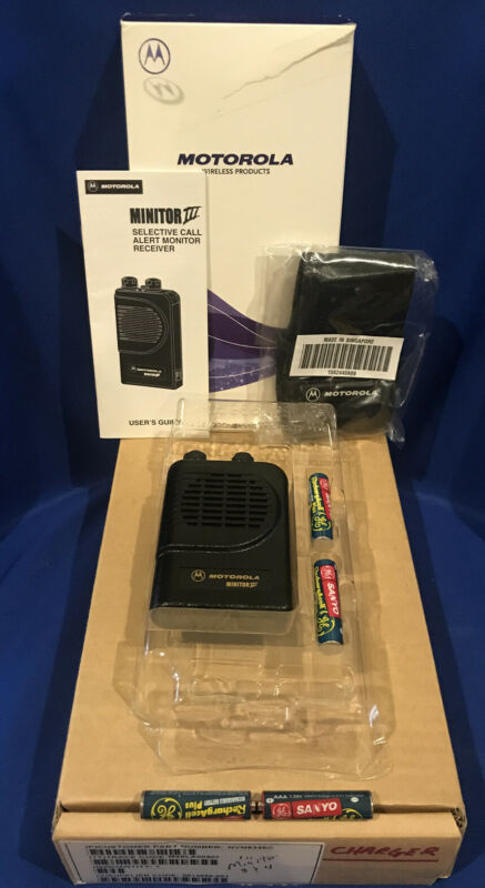 RARE NEW IN BOX Motorola Minitor III UHF Pager MED-9 MED-10 with NEW Charger