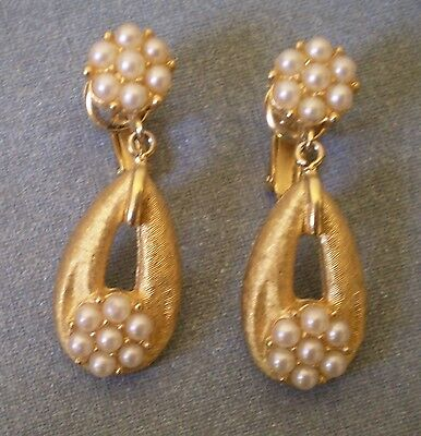 Vintage TRIFARI Signed Classic Pearl & Gold Tone Clip On Dangle Earrings