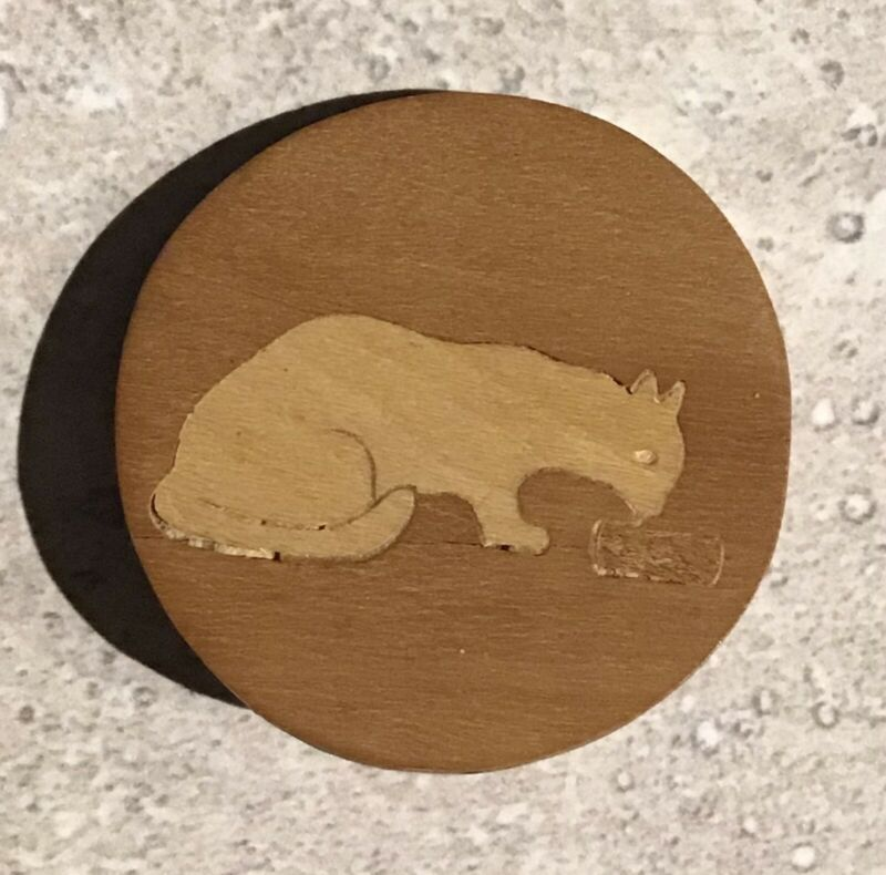 COLLECTIBLE INLAID WOOD BUTTON BY BAUERLE PICTORIAL CAT ANIMAL LIFE