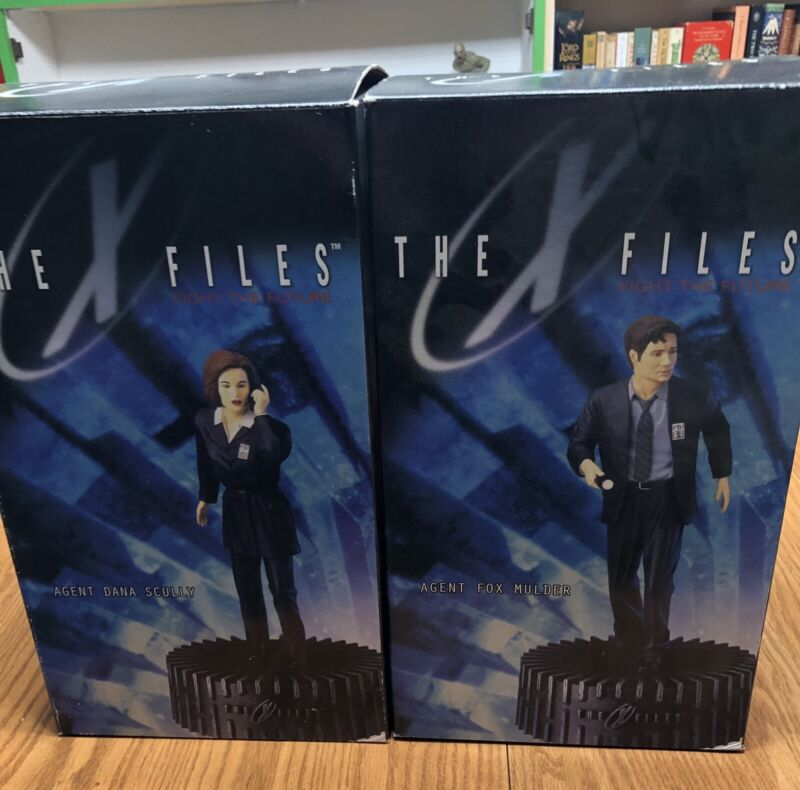 X-Files Mulder and Scully statues