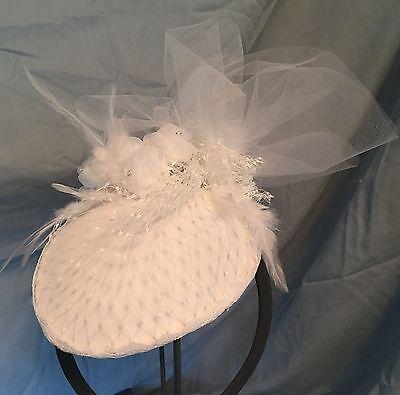 WHITE WEDDING TEAR DROP BRIDAL NETTING FASCINATOR HAT-BIRD CAGE NET-FEATHERS-NEW