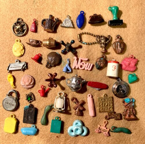 OVER 40 VINTAGE MIXED LOT OF CRACKER JACK & GUMBALL MACHINE CHARMS PRIZES