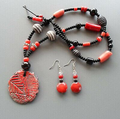 Parure collier et boucles d'oreilles avec pendentif en raku rouge corail et noir