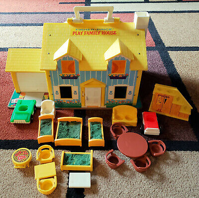 Vintage Fisher Price Little People PLAY FAMILY HOUSE #952 with accessories