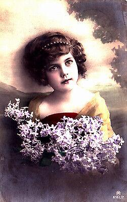A243) Kleines Mädchen mit Blumen Foto-Ak gel. 1923