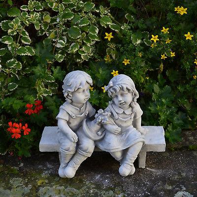 Wunderschöne massive Kinderfigur auf der Bank Junge Mädchen Steinguss frostfest ()