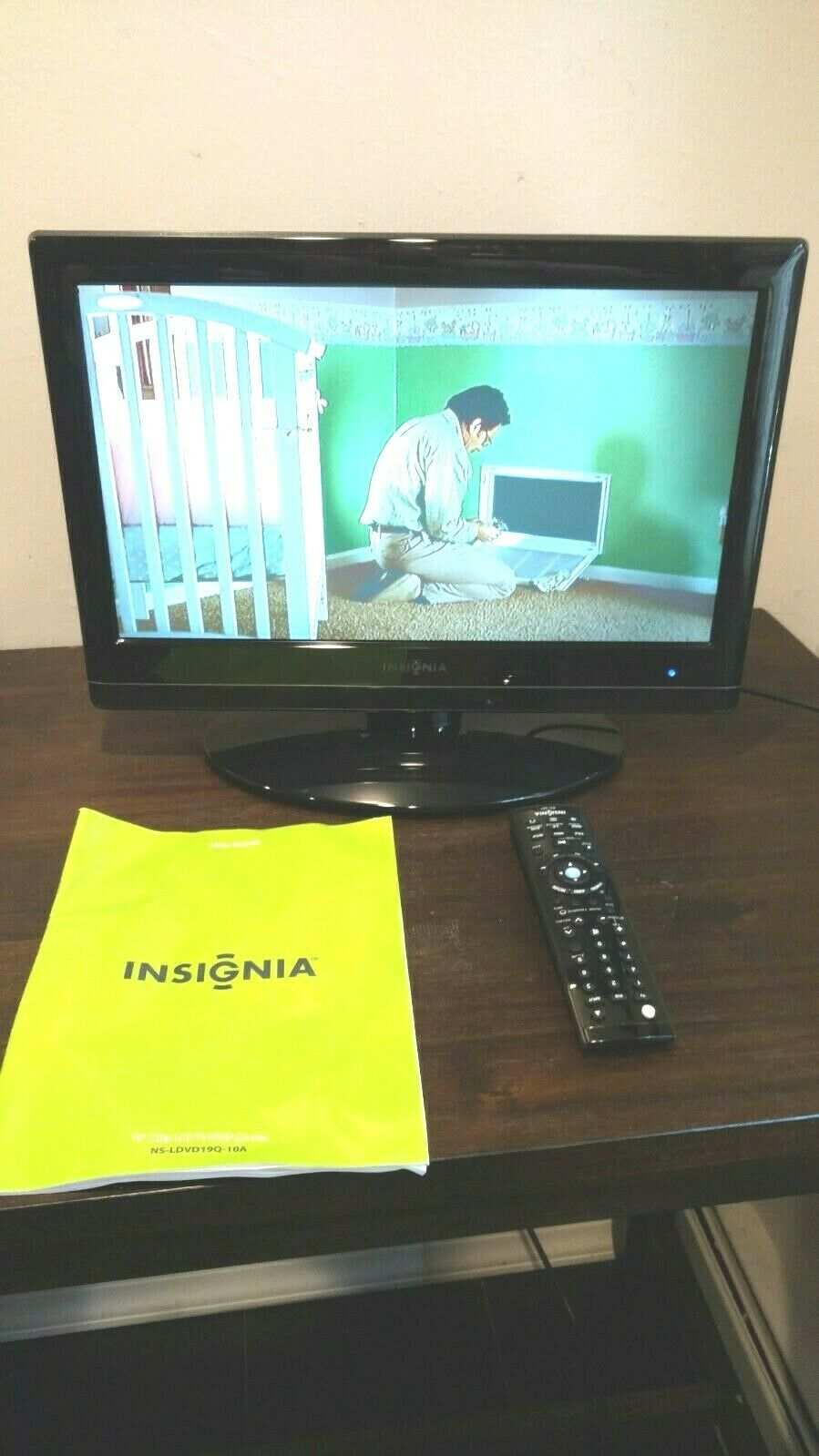 "Insignia NS-LDVD19Q-10A LCD 19"" COLOR TV/DVD Combo w/ Remote Control and Manual"
