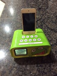 Apple iPod touch 4th Generation White (8 GB) With IHome Alarm Clock Bundle Used