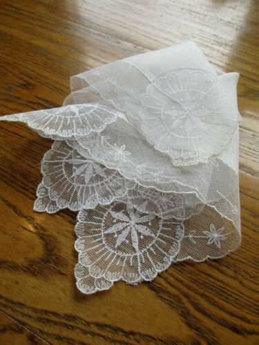 """BEAUTIFUL VINTAGE IVORY LINEN WEDDING HANKIE with 2"""" IVORY LACE"""
