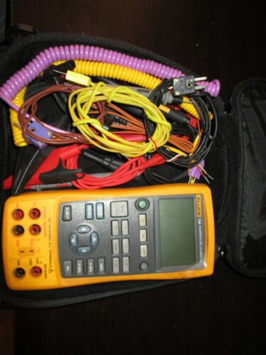 Fluke 724 Temperature Calibrator with case a many leads