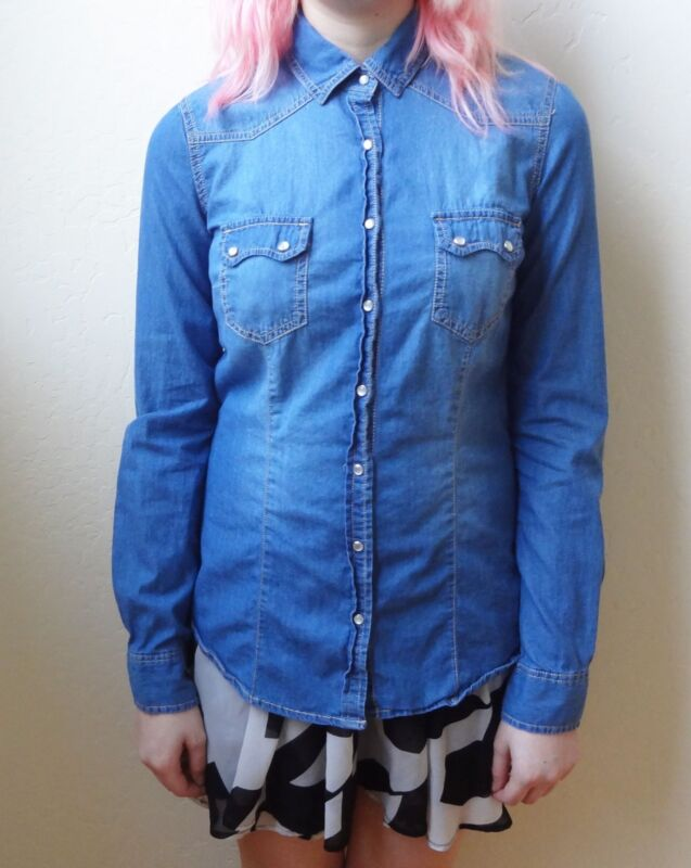 Forever 21 Light Weight Denim Shirt Blue Fitted with Pearl Snaps Size Small EUC