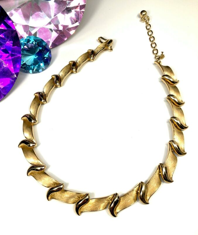 Crown Trifari 1960s Choker Necklace White Lucite Flowers Leaves Gold Tone