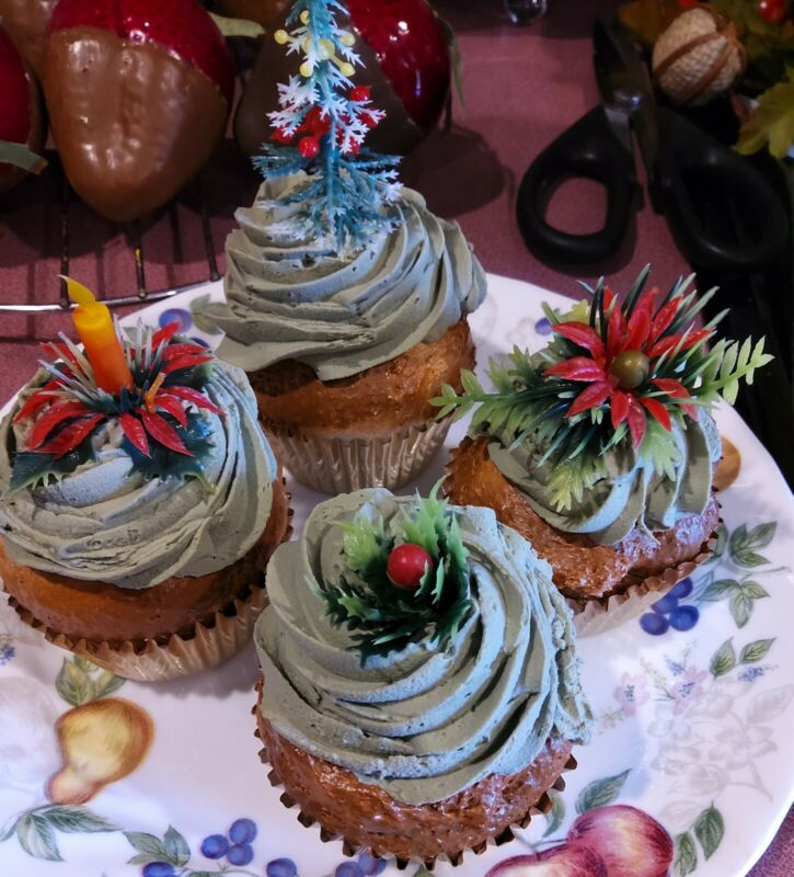 SET OF 4 CHRISTMAS CUPCAKES, REGULAR SIZE, W/ VINTAGE PICKS, PRIMITIVE FAKE FOOD