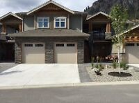 Beautiful Executive Mountain/Lakeview Townhome-Peachland