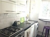 HOXTON N1 --- Superb 3 Bed Apartment With Balcony ---- £565pw ---- N1 6DB ----