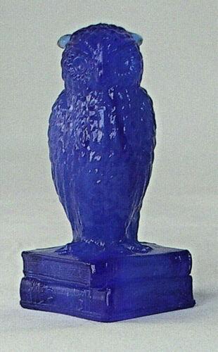 VINTAGE DEGENHART GLASS OWL ON BOOKS PAPERWEIGHT BLUE SLAG - EUC