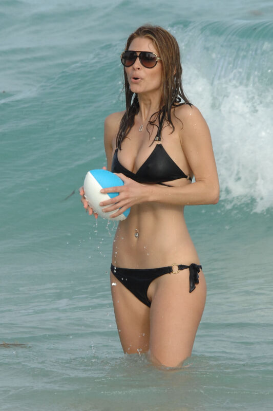 Maria Menounos With The Ball In Hand 8x10 Photo Print