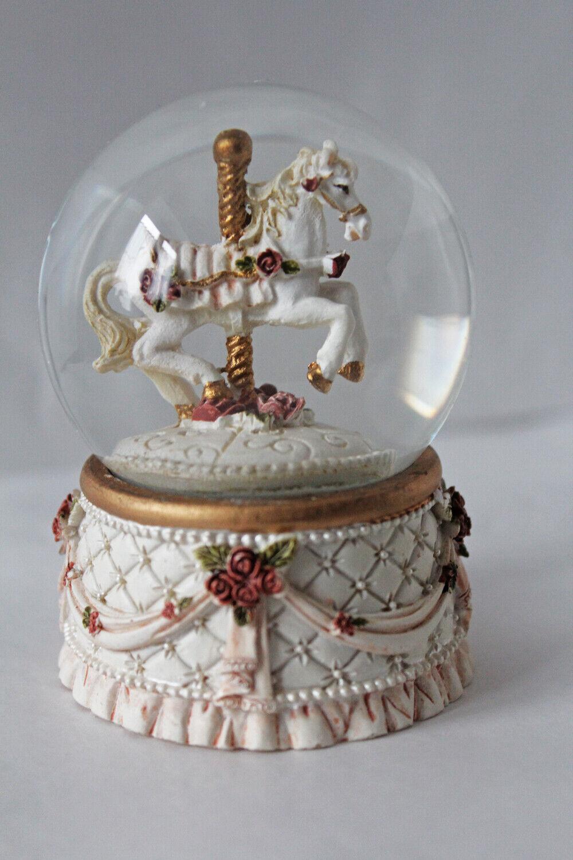 Schneekugel Karussell Pferd trabend mit Rosen ca. 7 x 8 cm Schüttelkugel