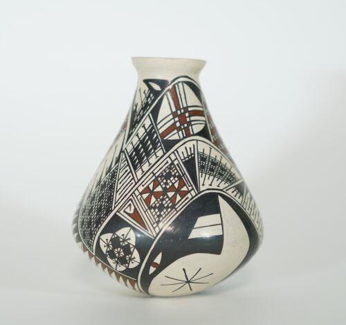 Mata Ortiz pottery vase - signed Maria Saenz