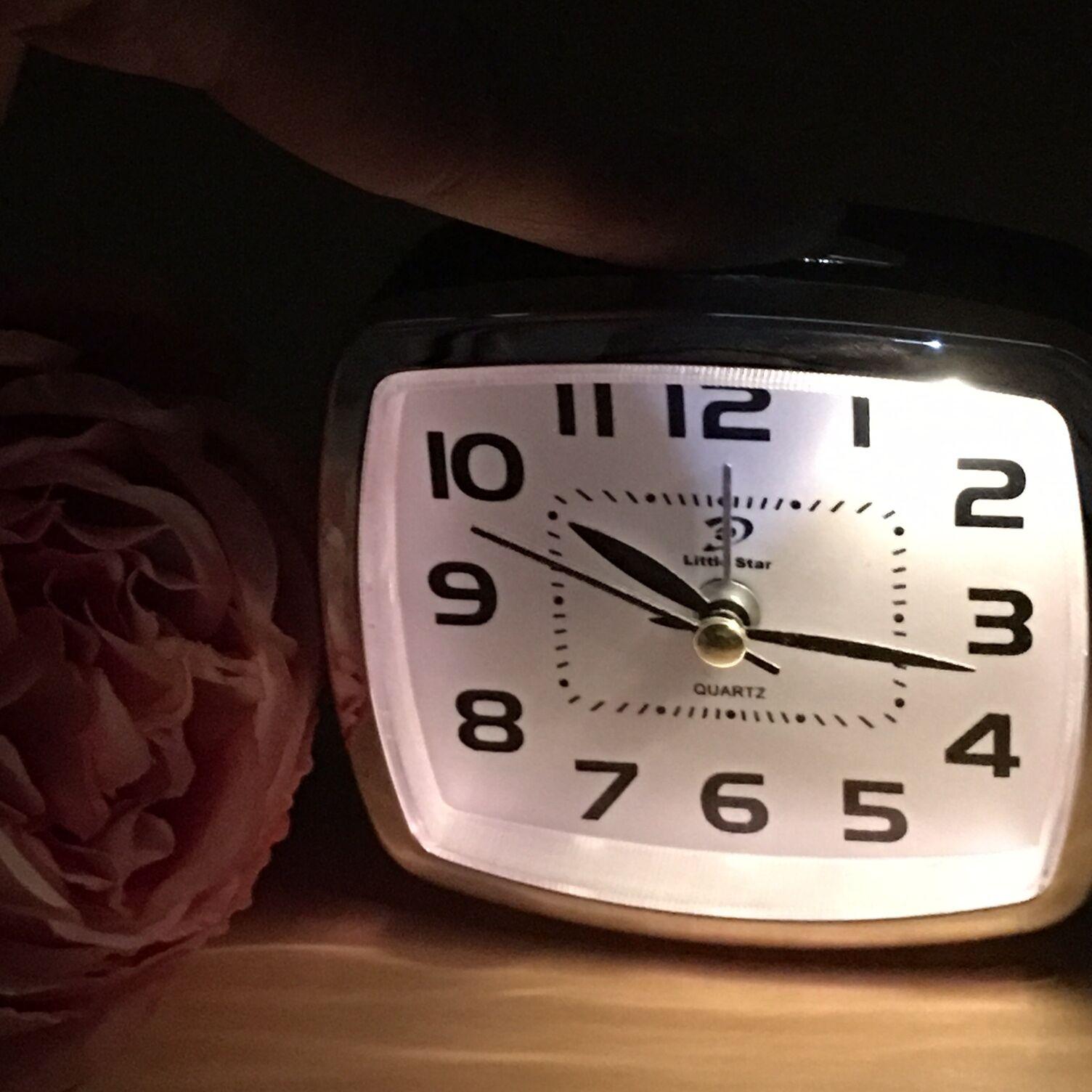 Wecker Quarz analog leise ohne Ticken mit Licht Nachlicht Tischuhr 3 Farbe