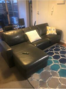 Leather couch/pull out bed