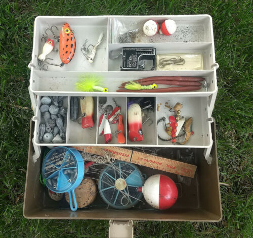 PLANO 5000 FISHING TACKLE BOX LURES in BOX