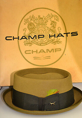 VINTAGE BUT NEVER WORN CHAMP SIZE 7 1 8 GREEN FELT HAT FEATHER   DOG PIN IN  BOX 39cde3fec789