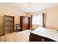 Double bedroom next to Bow Road Stotion and DLR.