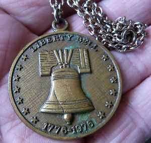 VINTAGE-BICENTENNIAL-LIBERTY-BELL-COMMEMORATIVE-COIN-PENDANT-NECKLACE-PATRIOTIC